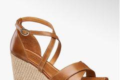 Wenn ein Schuh jeden Sommer den stilsicheren Weg an unsere Füße findet, dann sind es klassische Sandalen mit Keilabsatz. Oder kannst du diesem hübschen Modell widerstehen? Von Deichmann, reduziert auf 40 Euro.