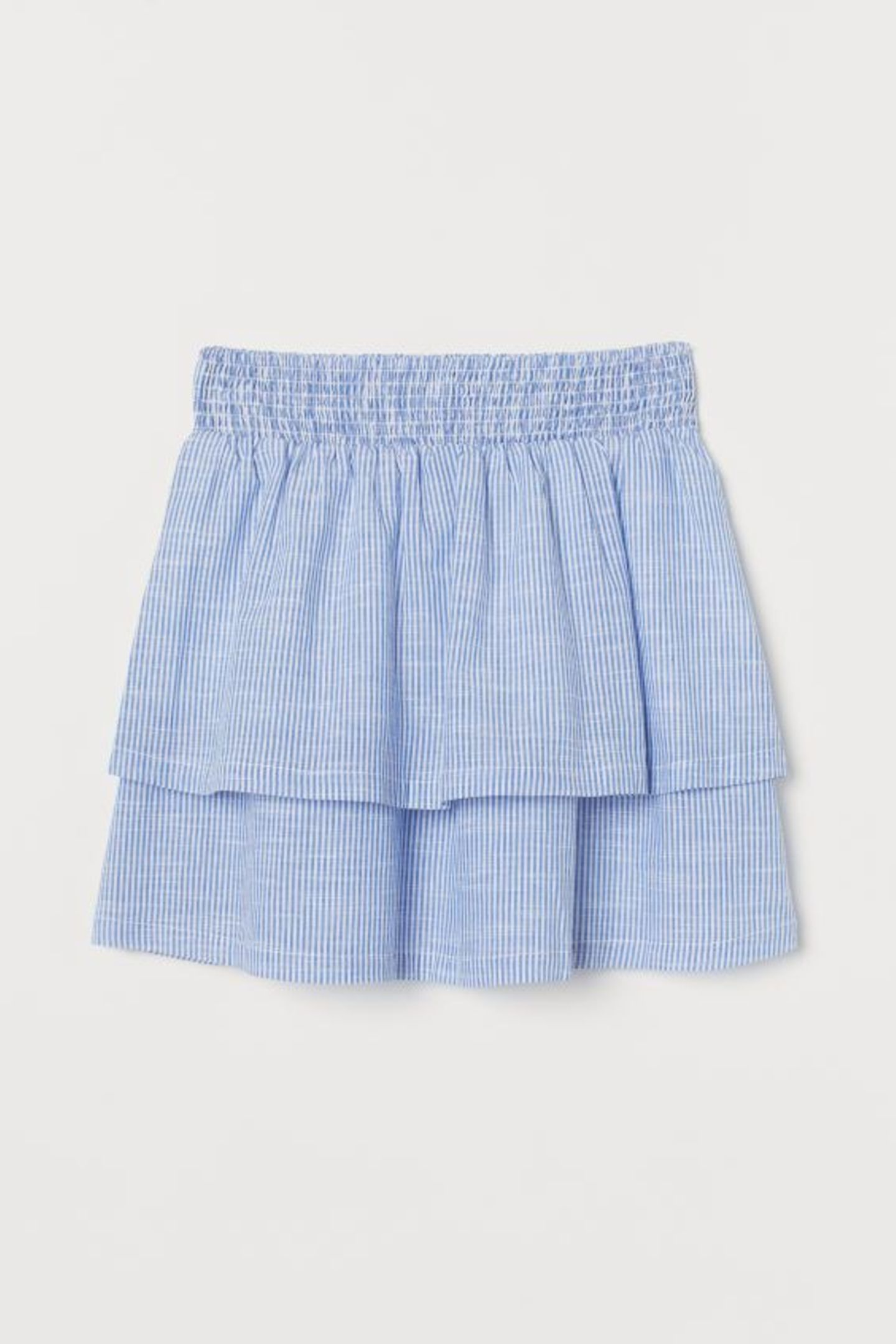 Unser Rezept für einen perfekten Sommerlook, wenn es mal schnell gehen muss? Einen süßen Volantrock und ein Leinenhemd – et voilá. Von H&M, reduziert auf 10 Euro.
