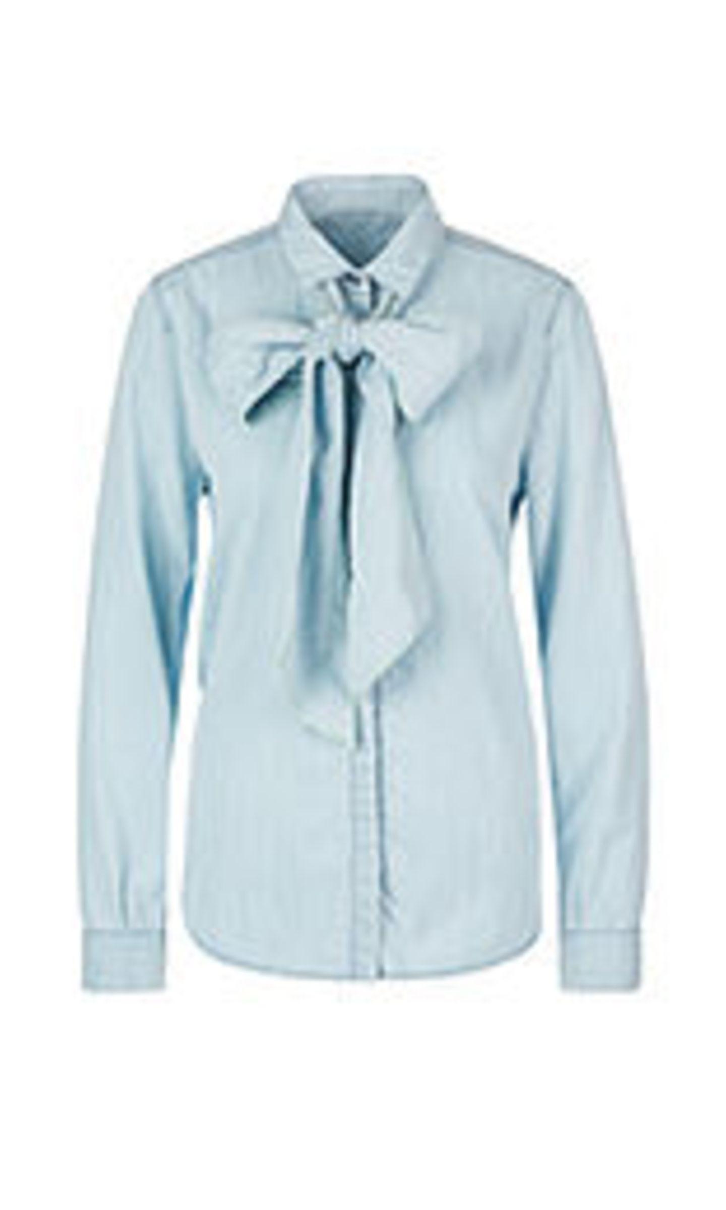 Die klassische Schluppenbluse kann auch trendy. Der leichte Jeansstoff macht aus der vermeintlichen Businessbluse im Nu ein cooles Go-to-Teil. Von Marc Cain, reduziert auf 97 Euro.