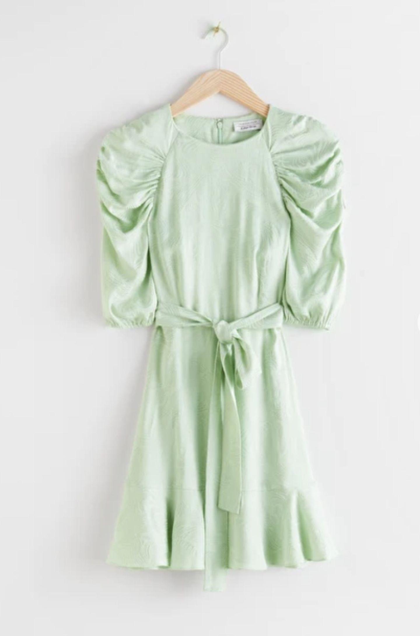 Na, wer bekommt beim Anblick dieses Kleides auch Lust auf ein leckeres Pistazieneis? Wir definitiv! Das Dress mit zarten Puffärmeln und Bindegürtel ist jedenfalls der perfekte Begleiter im Sommer und hat somit einiges mit unserer liebsten Eissorte gemeinsam. Von & other Stories, reduziert auf 90 Euro.