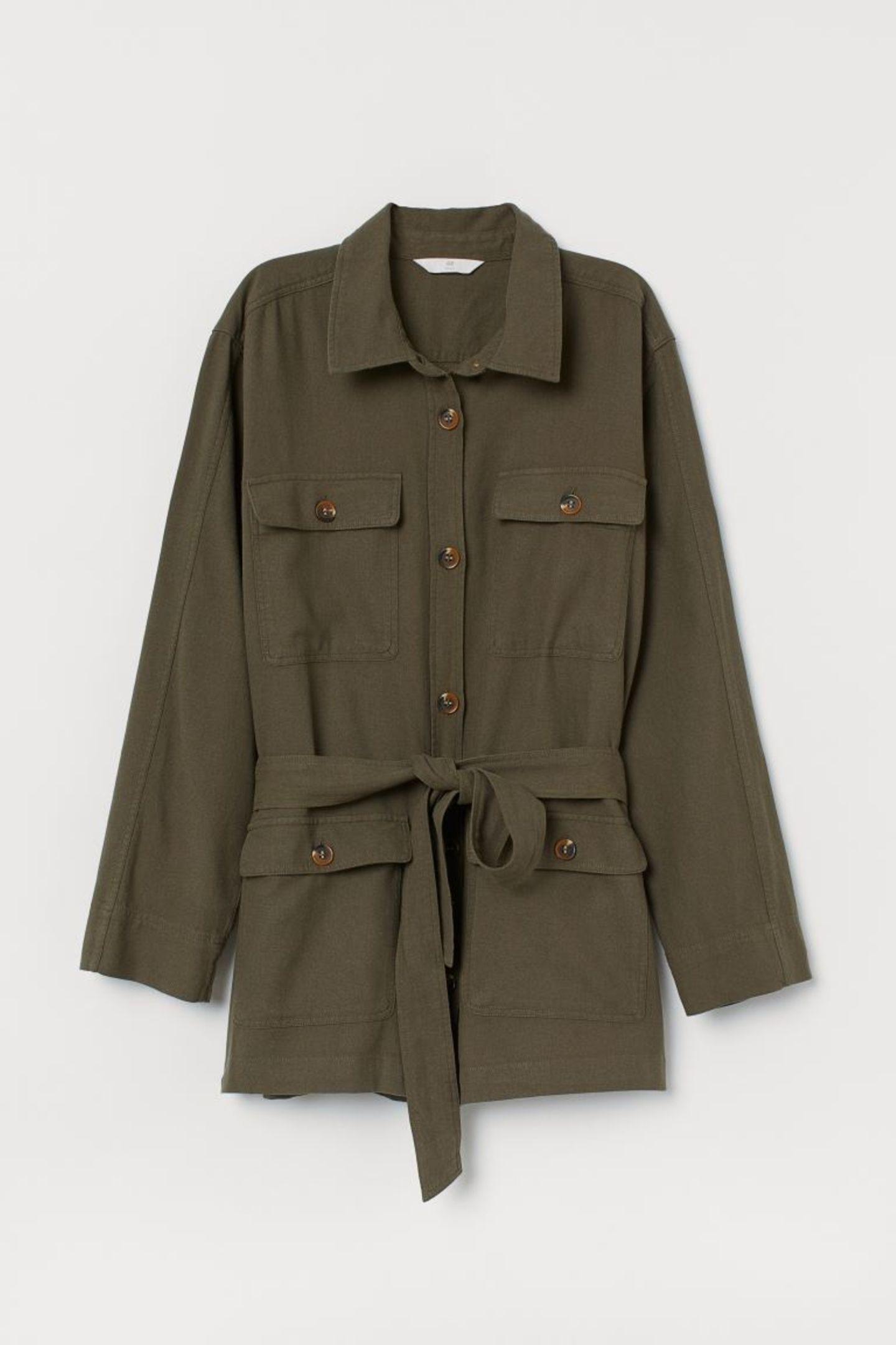 Die altbewährte Jeansjacke darf diesen Sommer gerne mal im Schrank hängen bleiben. An kühleren Tagen greifen wir stattdessen zur coolen Blusenjacke im Safari-Style. Von H&M, reduziert auf 16 Euro.