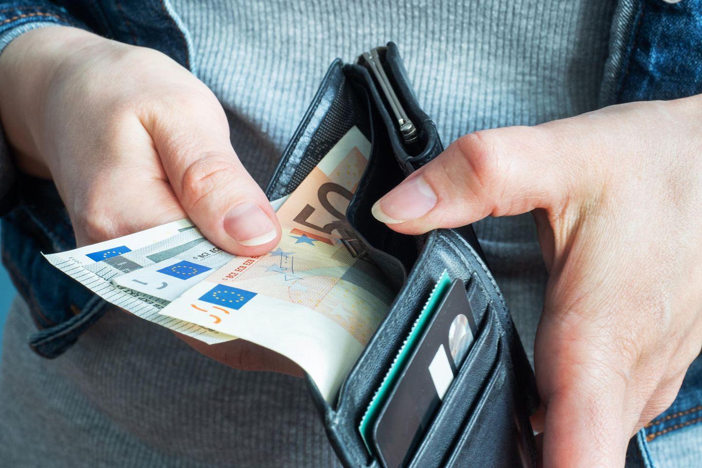 Corona-Spar-Tipps: Portemonnaie mit Geld