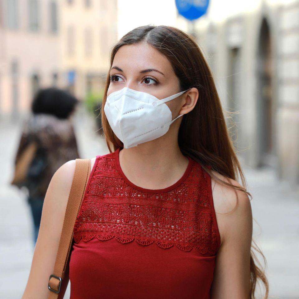Rückruf: Eine Frau mit FFP2-Maske