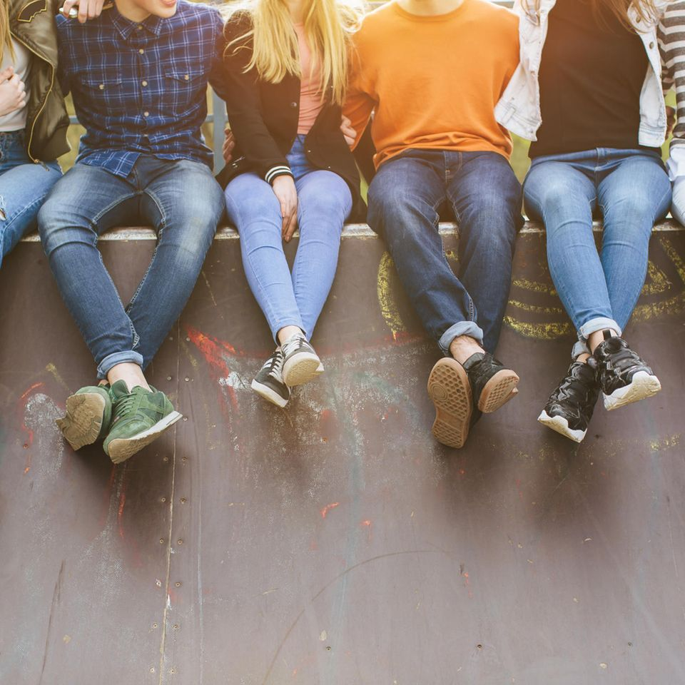 Pubertät: Jugendliche sitzen auf Skater-Rampe