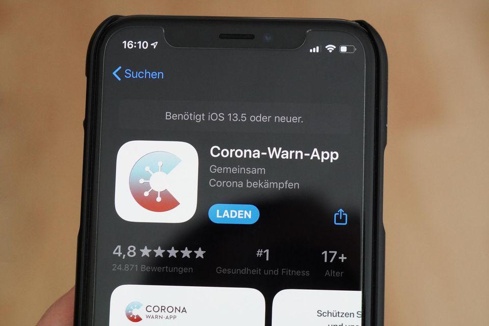 Corona-Warn-App: Handy in der Hand