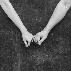 Coronakrise: Ein Pärchen hält Händchen