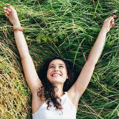 Sommergewinnspiel 2020: Frau im Gras