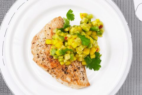 Putenschnitzel mit Avocado-Mango-Salsa