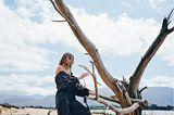 Schwarze Mode: Seidenkleid mit Off-Shoulder-Ausschnitt