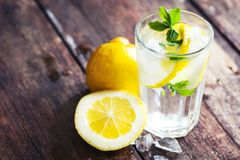 Abnehmen mit Zitronenwasser: Mythos oder wahr?: Zitronenwasser