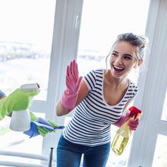 Sex oder Haushalt? Viraler Hashtag: Paar beim Putzen