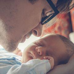 Väter und Babys: Vater schaut Baby an