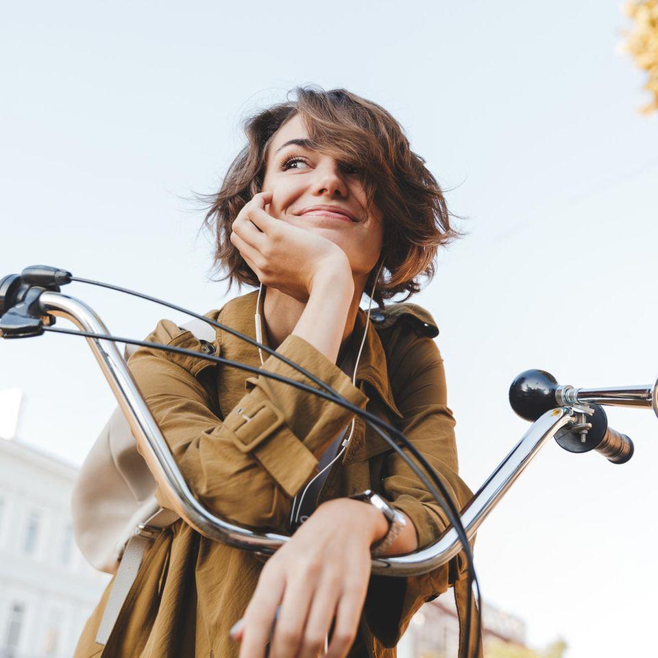 Woran erkennt man Klugheit? Eine junge, hübsche, kluge Frau