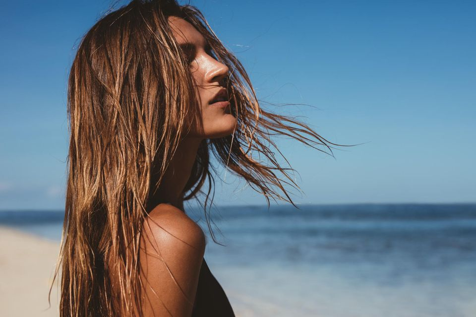 Haarbruch: Frau mit Beach-Waves am Strand