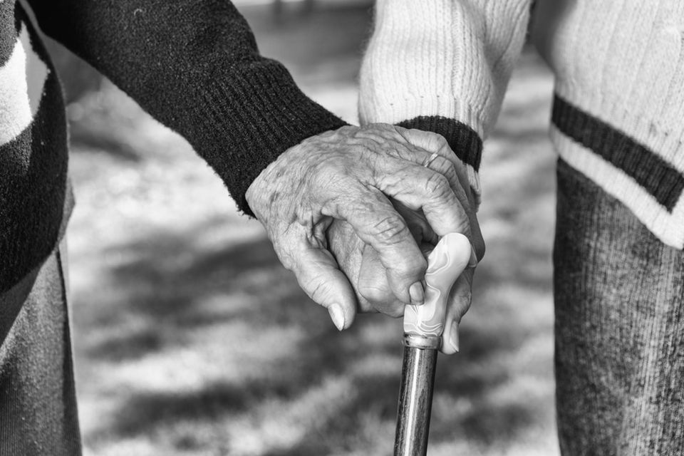 Corona aktuell: Hände altes Paar