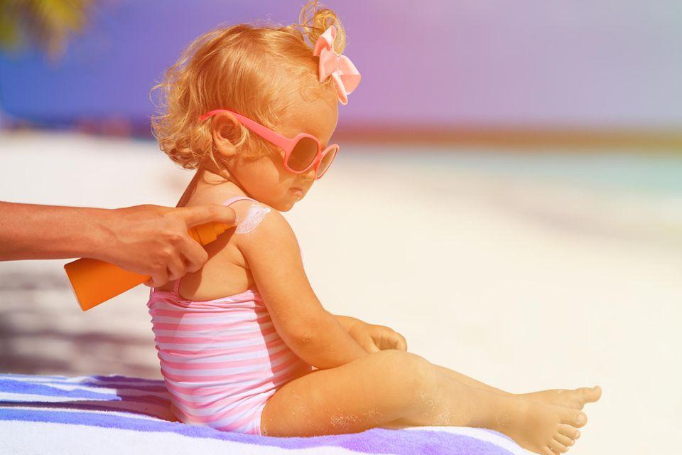 Sonnencreme-Test 2020: Kind wird eingecremt