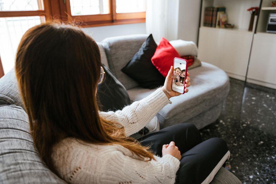 Freundschaft: Frau mit Handy in der Hand
