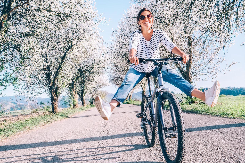 Wie steigere ich meine emotionale Intelligenz? Eine ausgeglichene Frau auf dem Fahrrad