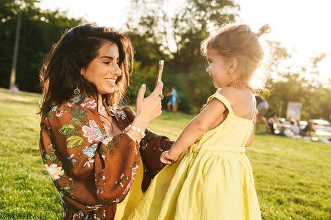 Wir digitalen Eltern: Mutter fotografiert ihre Tochter mit dem Handy