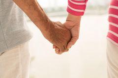 Was ich von meinen Eltern über die Liebe weiß: Ein älteres Paar hält Händchen
