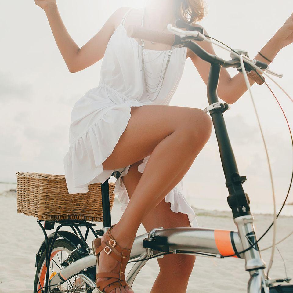 Sommer Must-haves: Frau auf Fahrrad