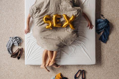 Mann und Frau unter der Decke