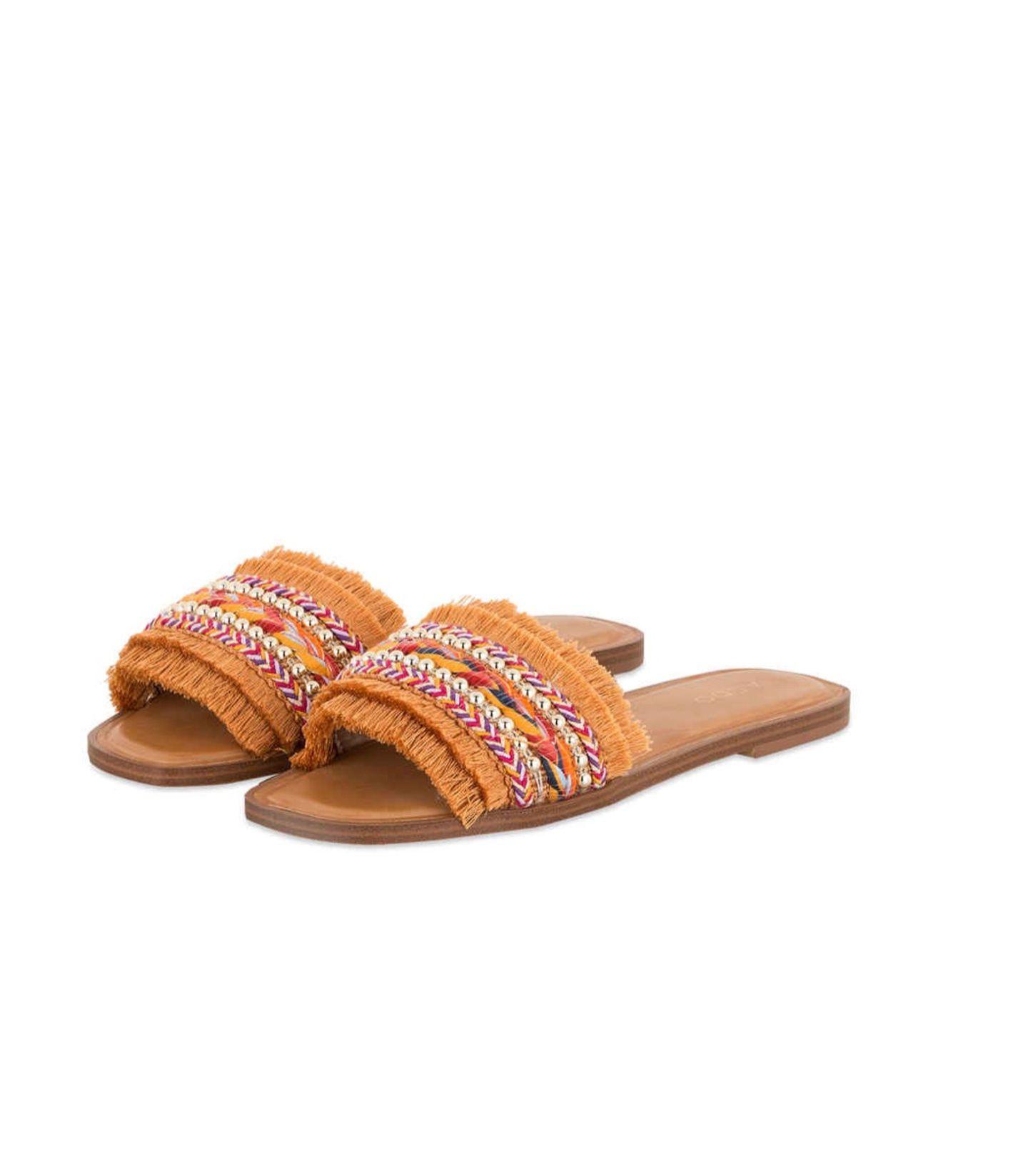 Vor allem im Sommer bekommen wir nicht genug von coolen Boho-Looks. Diese Pantoletten mit Fransen und Perlen bringen einen Hauch Hawaii in deinen Style – we looove! Von Aldo über Breuninger, um 50 Euro.
