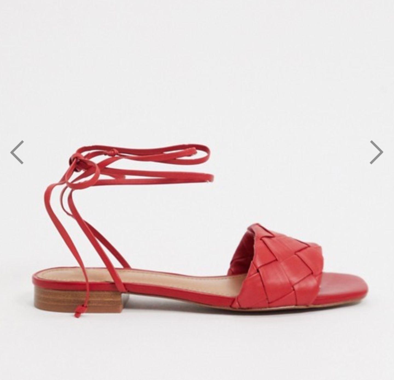 Wem in Pantoletten der sichere Halt eines klassischen Schuhs fehlt, der sollte bei diesem Modell hier nicht lang fackeln. Die Riemchen sorgen für Stabilität und geben den Sandalen noch dazu ein cooles Trend-Upgrade. Von Who What Wear über Asos, um 138 Euro.