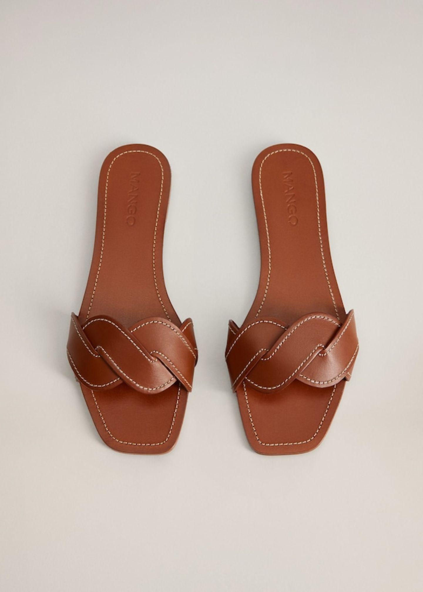 Wer es lieber klassisch mag, der ist mit Leder-Pantoletten in Sattelbraun bestens bedient. Wer dabei aber nicht auf den Trendfaktor verzichten möchte, der greift zu einem Modell mit geflochtener Front. Von Mango, um40 Euro.