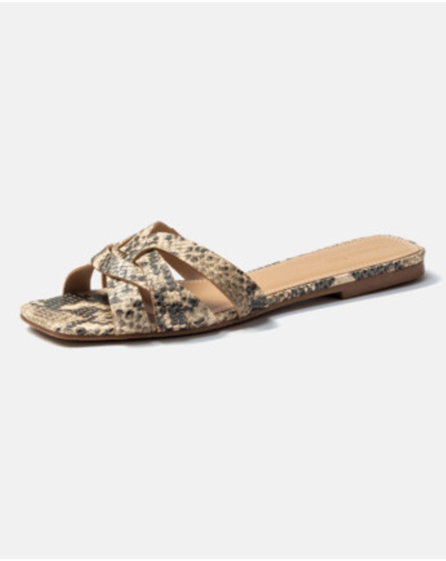 Animalprints sind seit einigen Jahren wieder fester Bestandteil der Modewelt und vor allem Snakeprints erlebten ihr großes Fashion-Revival. Klar also, dass wir diesen geflochtenen Pantoletten nicht widerstehen können. Von Hallhuber, um 60 Euro.