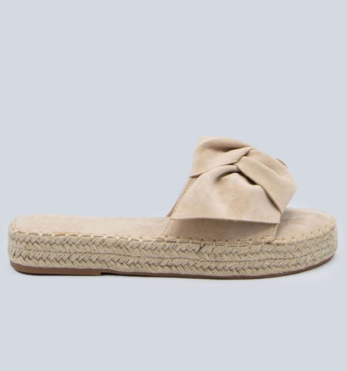Das Schöne an dem Pantoletten-Trend 2020: Bei den flachen Sandalen müssen wir uns keine Sorgen um schmerzende Füße machen. Wer dennoch gerne ein bisschen an Höhe gewinnen möchte, der greift zu diesem Modell mit kleinem Plateau. Von Sassy Classy, um35 Euro.