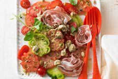 Tomatensalat mit Olivenstreuseln