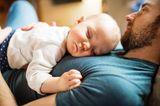 Fläschchen-Mütter: Mann mit schlafendem Baby auf dem Oberkörper