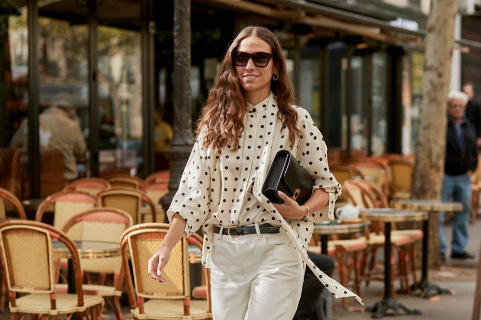 Sommertrends 2020: Frau mit gepunkteter Bluse