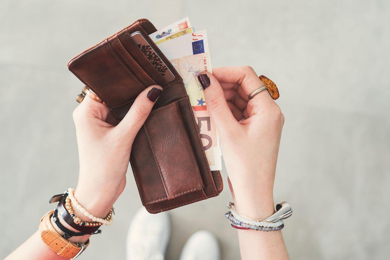 Spar-Trick: Frau mit Geld in der Hand