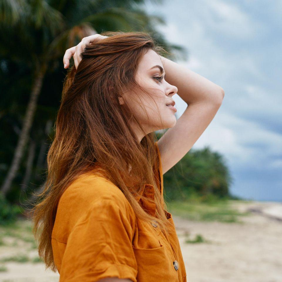 Rotstich entfernen: Frau mit rötlichen Haaren
