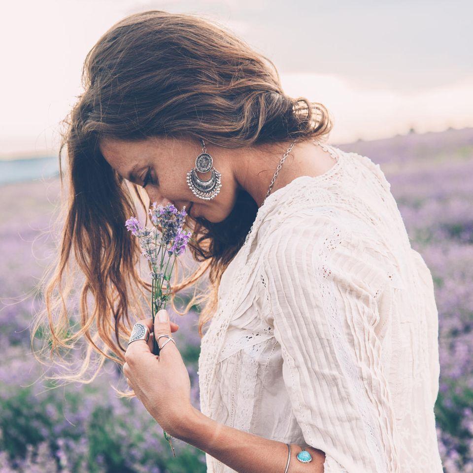 Düfte und ihre Wirkung: Frau riecht an Lavendel