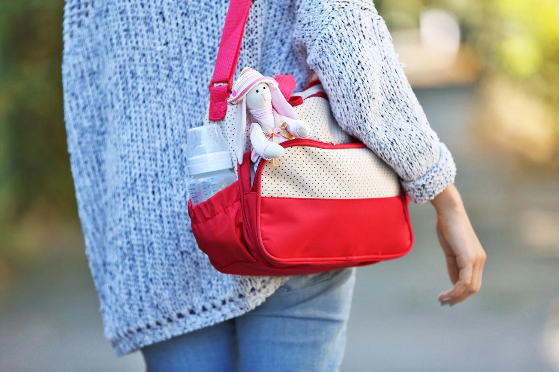 Freundschaft unter Müttern: Mutter mit Wickeltasche