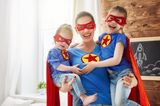 Freundschaft unter Müttern: Mama mit Töchtern auf dem Arm im Superman-Style