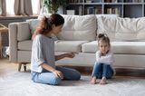 Freundschaft unter Müttern: Mutter diskutiert mit Tochter