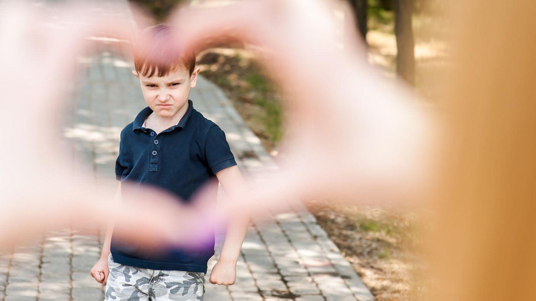 Freundschaft unter Müttern: Kind in Herz aus Händen geformt