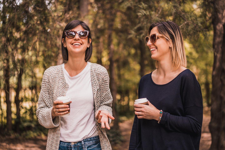 Freundschaft unter Müttern: Zwei Freundinnen mit Coffee to go