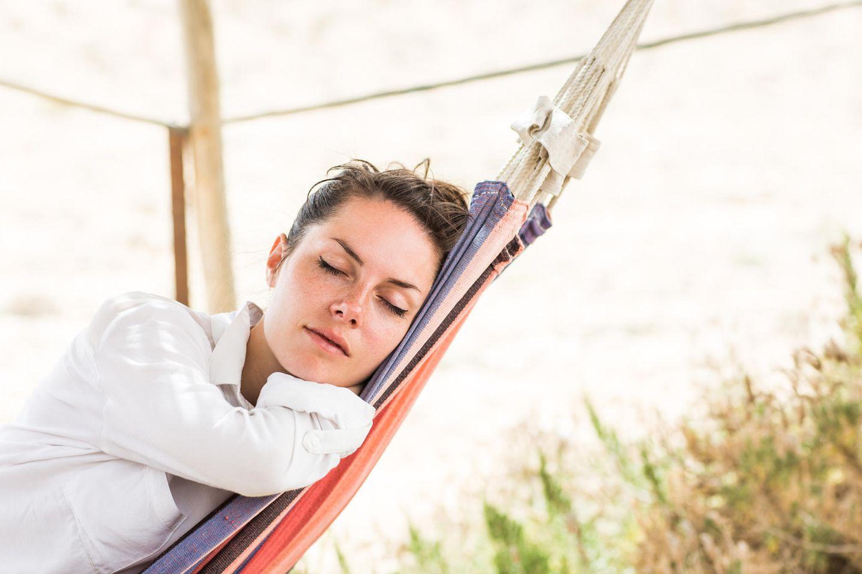 Burnout Prävention: Frau in Hängematte