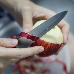 Burnout Prävention: Frau schält Apfel