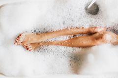 Burnout Prävention: Beine einer Frau in Badewanne