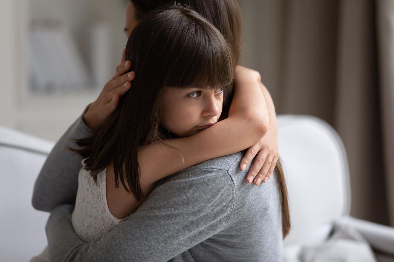 Vereinbarkeit: Mutter und Tochter umarmen sich