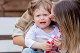 Vereinbarkeit: Mutter tröstet weinenden Sohn