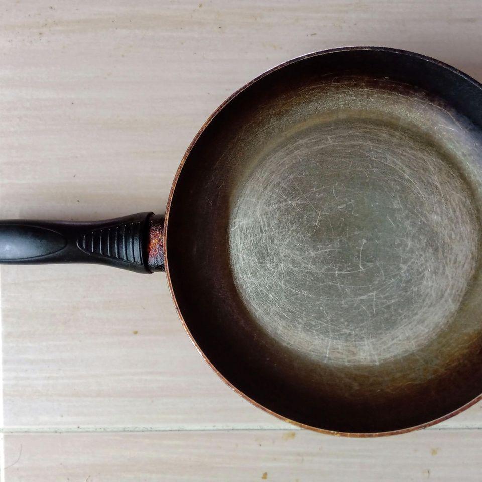4 Fehler, mit denen wir unsere Bratpfannen zerstören