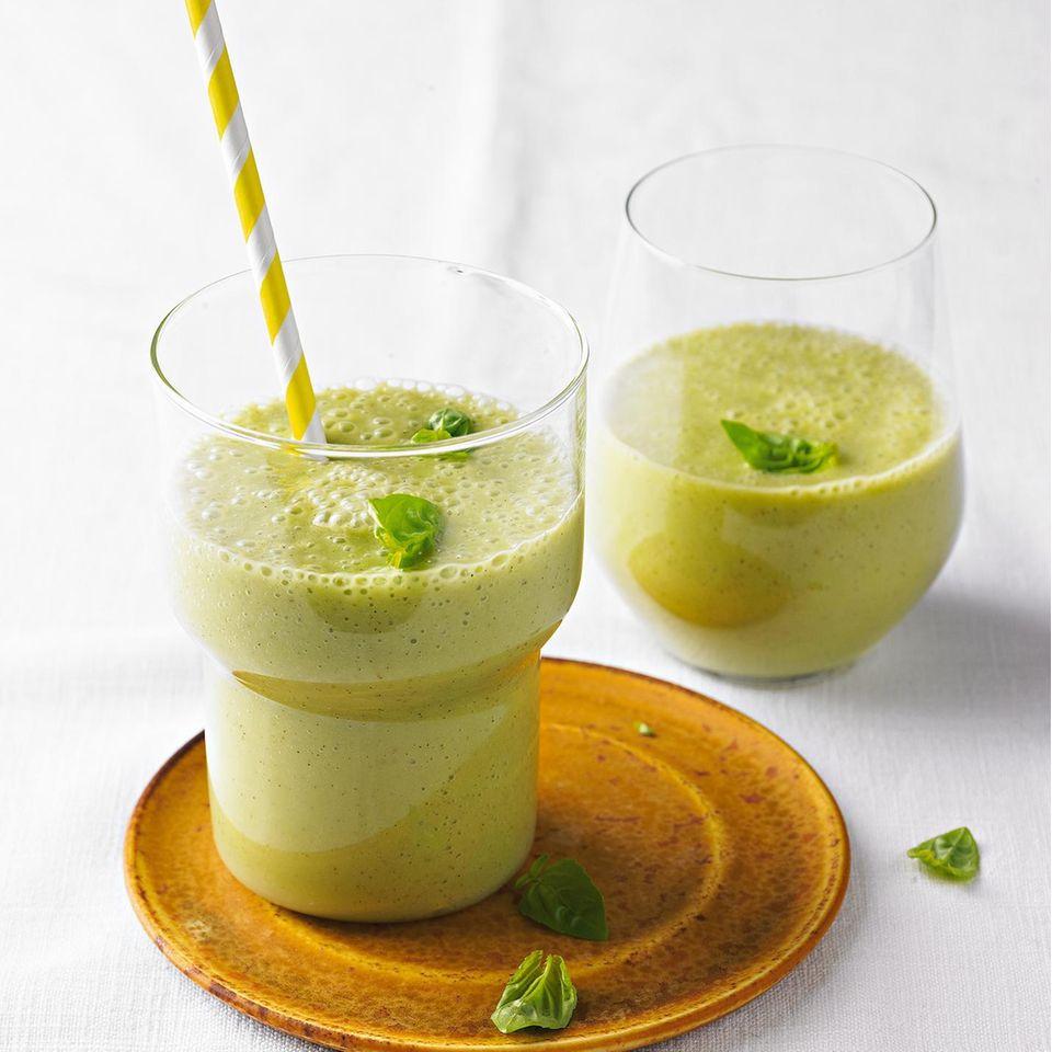 Grüner Smoothie mit Basilikum