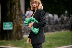Influencer-Labels: Xenia Adonts mit grüner Handtasche